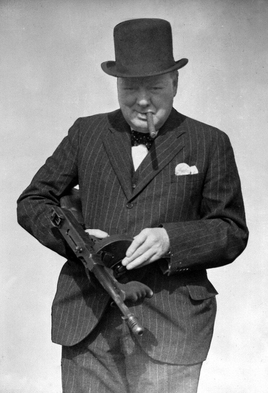 1940. Уинстон Черчилль с пистолет-пулемётом Томпсона во время посещения позиции береговой обороны в районе Хартлпул. 31 июля
