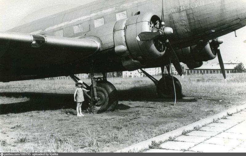 Киров 1982 самолёт Ли-2 в парке у Дворца пионеров.jpg