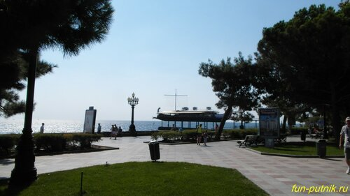 Набережная Ялты в солнечный день сентября
