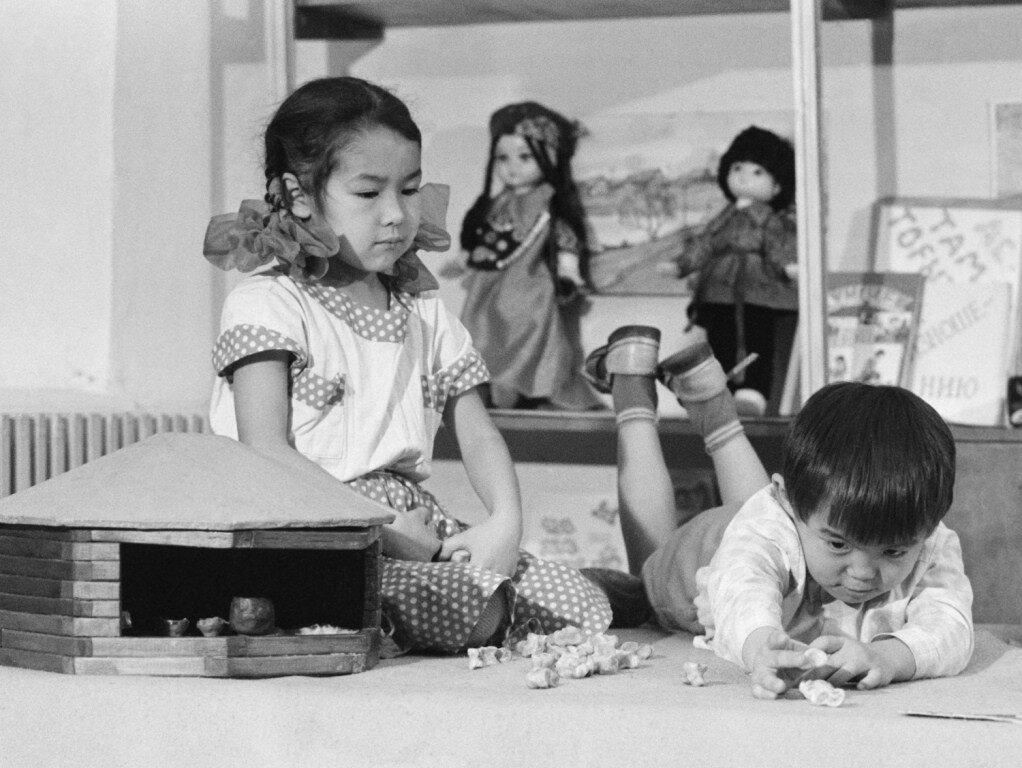 Дети играют в хакасскую народную игру