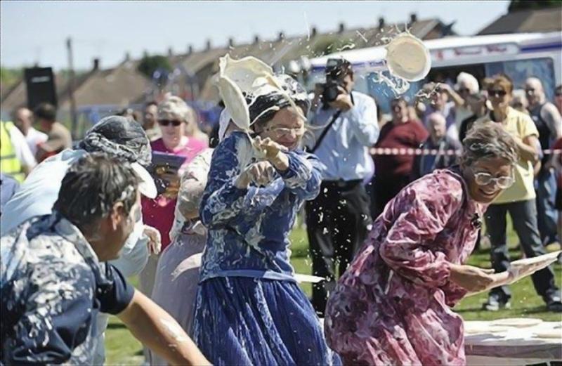 Команда бабушек выиграла чемпионат по метанию пирогов с кремом