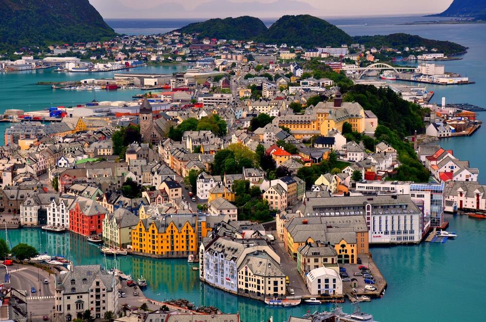 Город Олесунн назападном побережье Норвегии.