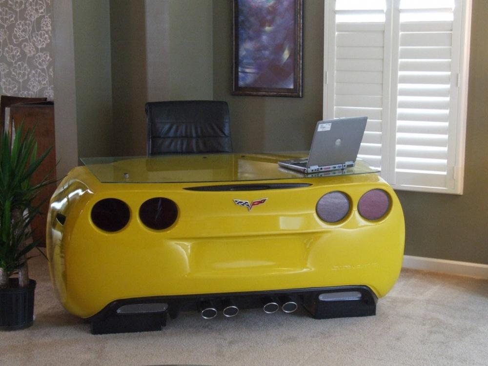 Если дома завалялся ненужный спорткар, томожно изнего сделать письменный стол. Лестница