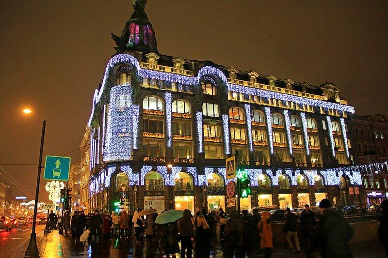 Дом компании «Зингер» (известный также как «Дом книги») на Невском проспекте у Набережной канала Грибоедова в новогодних огнях