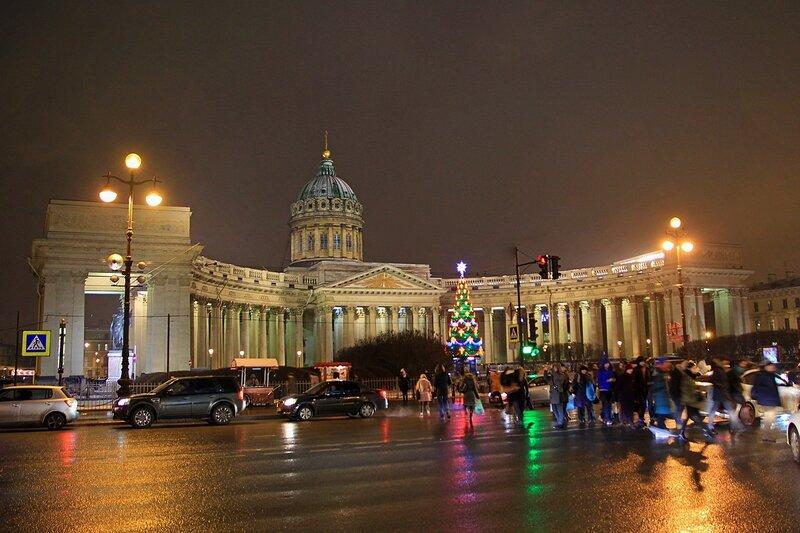 Казанский собор со стороны Невского проспекта в ночной подсветке и новогодняя елка перед ним
