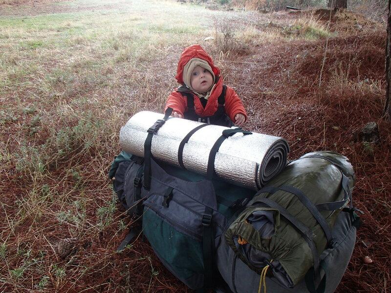 младенец в пешем походе с рюкзаком и палаткой