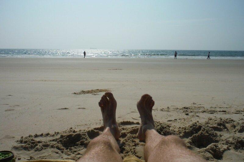 По пляжу бродят пока трезвые индусы