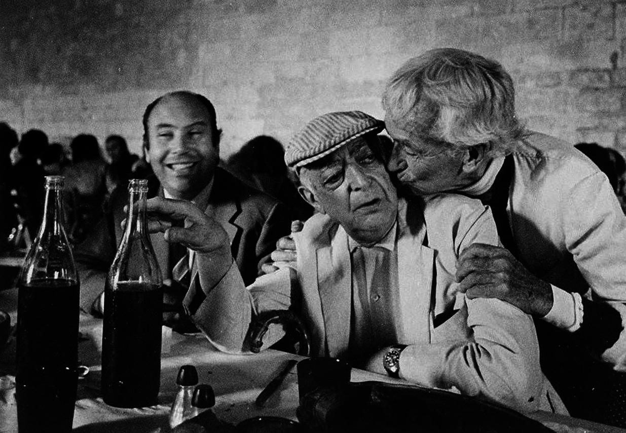 1974. Жак-Анри Лартиг целует Брассая, Жан-Морис Рукетт позирует на камеру. Арль, Аббатство Монмажур