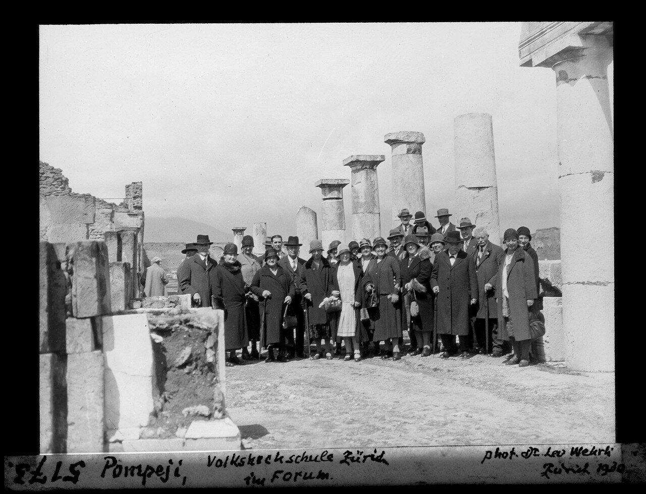 1930. Группа туристов на Форуме