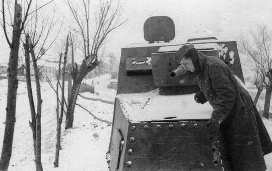 Брошенный бронетрактор ХТЗ-16.