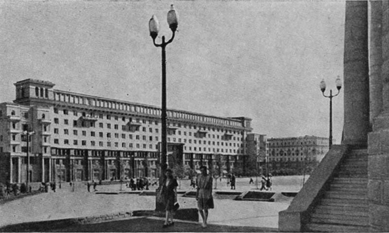 Площадь Революции. Жилой дом облисполкома. Общий вид.