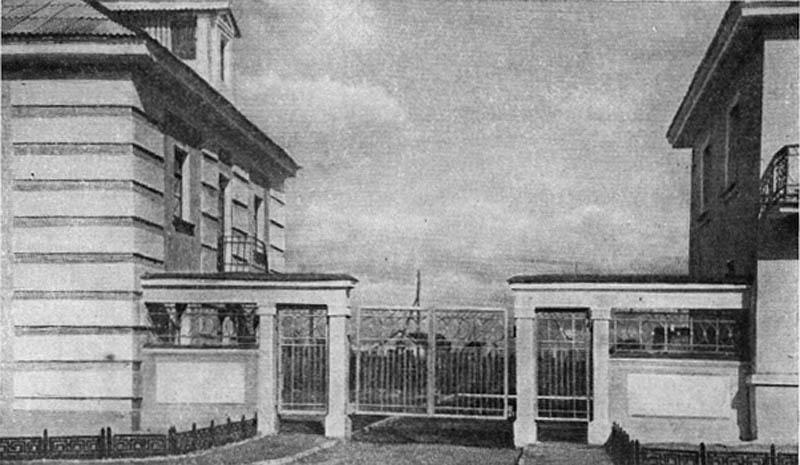Жилые дома и ограда на улице Нахимова.