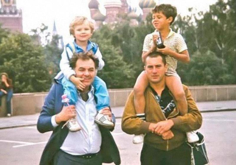 Москва 1984, Эмиль Лотяну и Роберт Де Ниро с детьми.jpg