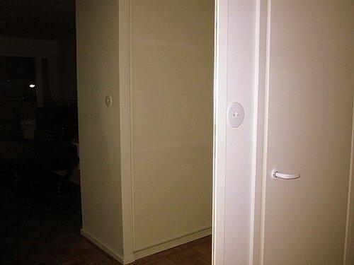 И даже ночью гостиная выглядит нереально, таинственно и празднично: в зеркале отражается фонарь под окном