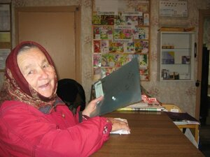 Мария Борисовна Гусарова оплачивает коммунальные платежи на почте.