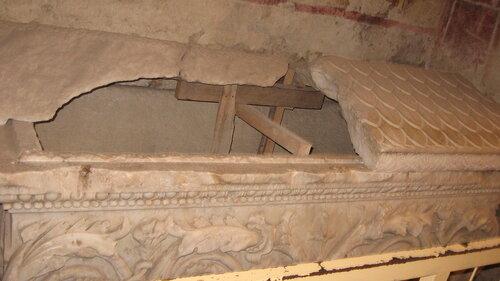 За всю истории в этой церкви было много святых людей, мощи которых покоились в таких саркофагах. Один из них...
