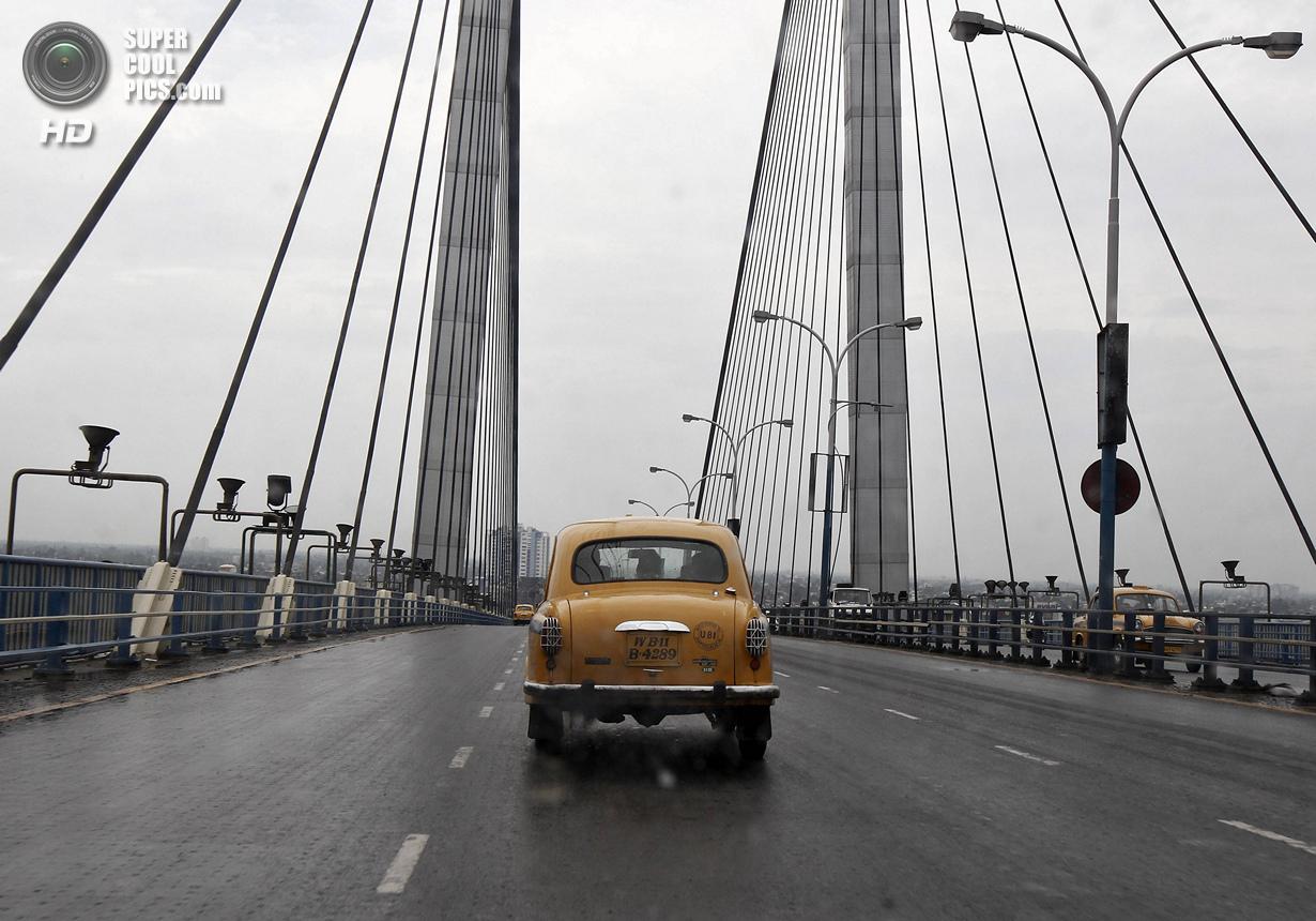 Индия. Калькутта, Западная Бенгалия. 25 мая. Такси Hindustan Ambassador на мосту «Видьясагар Сету».