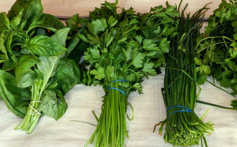 5. Сохраняйте свежесть трав Чтобы травы оставались свежими до месяца, упакуйте пучки в пластиковые п