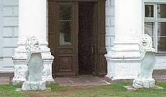 Мраморные львы у входа во дворец