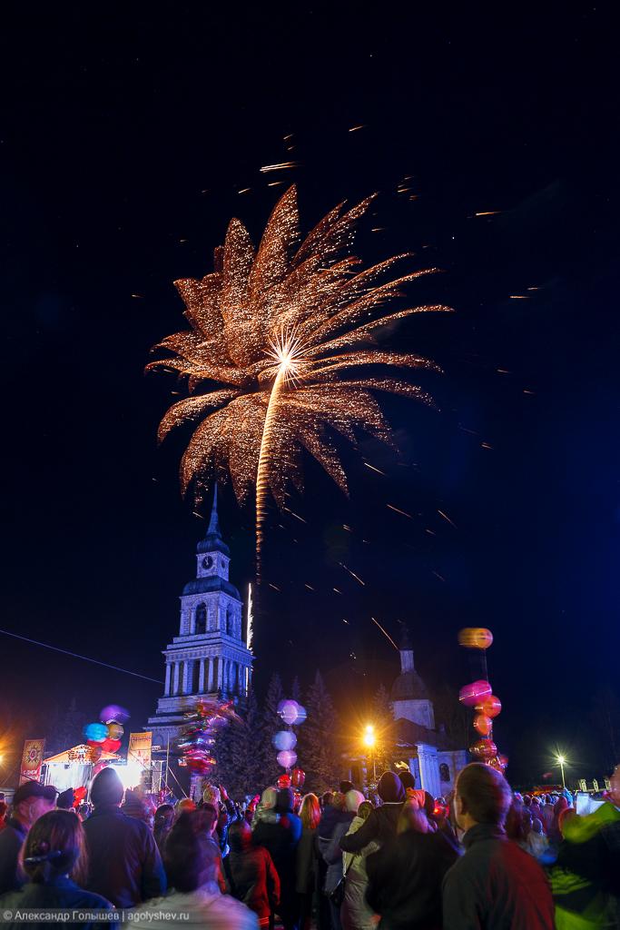 Праздничный фейерверк в честь 70-летия Великой Победы