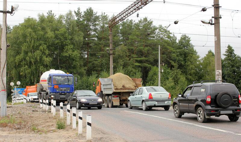 Машины на переезде в Лопатино, вид на север