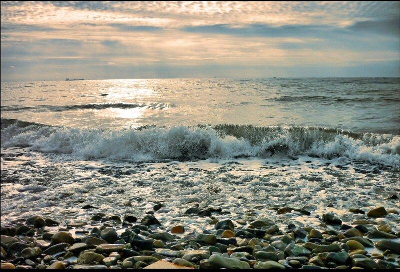 Тихо плещет волна