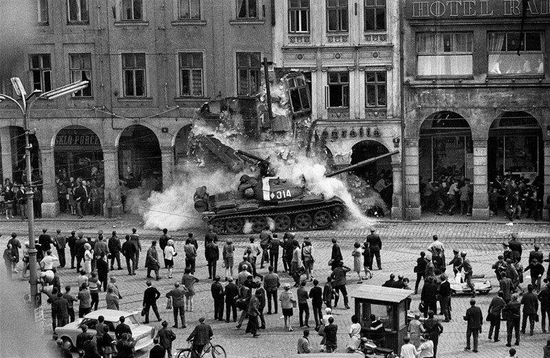 1968. Танк Т-62 в Праге.jpg