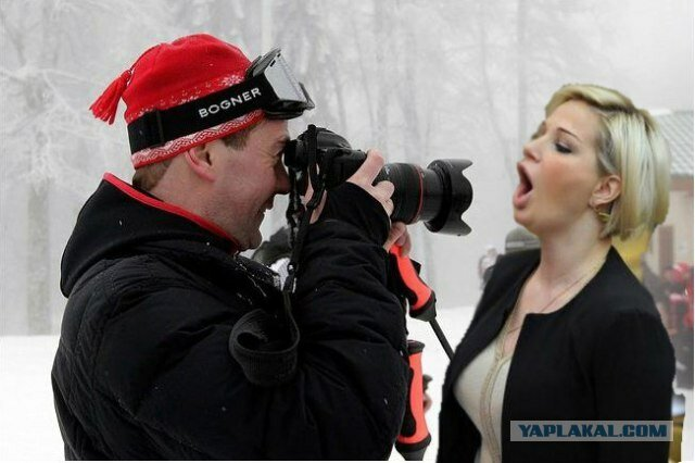Фотожабы на женщину-депутата, поющую гимн