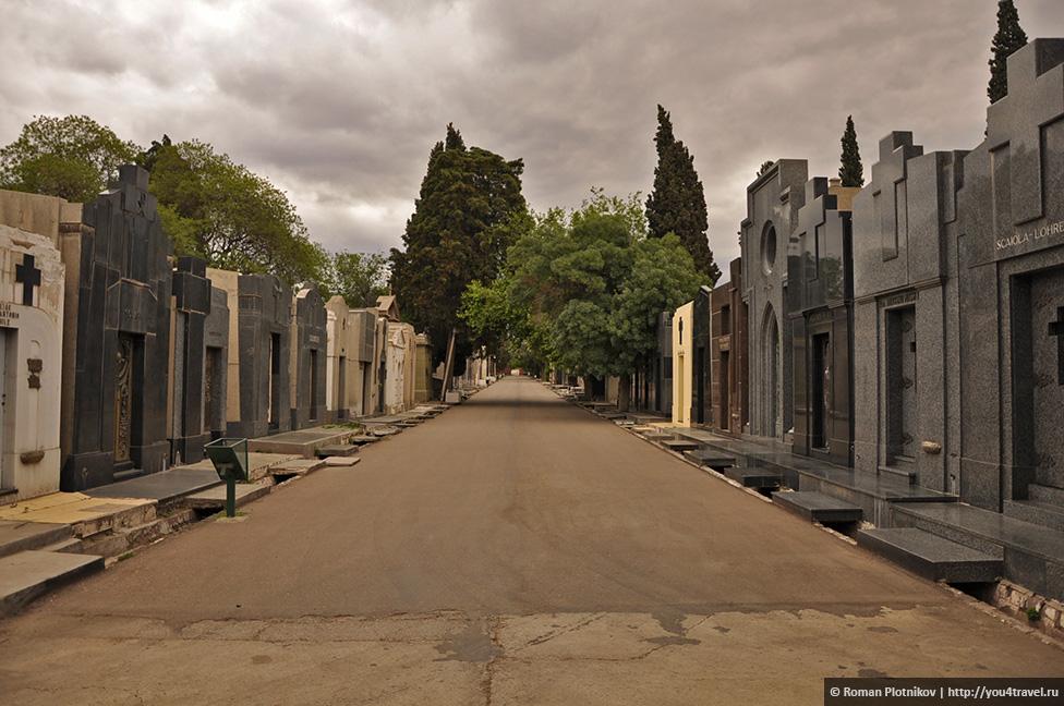 0 240380 32f370c6 orig День 391 393. Главная площадь Мендосы, старое кладбище и мате