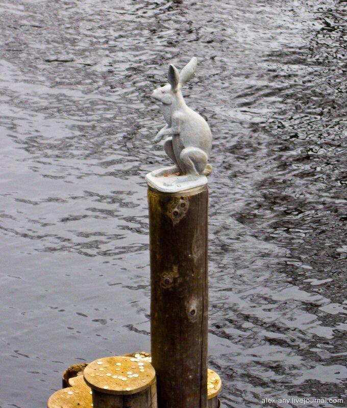 Петропавловская крепость. Как и прочие микроскульптуры, зайца забрасывают монетками. Летом мальчишки купаются в Кронверкском протоке, вылезают на эти брёвна и собирают монетки. А зимой, когда стоит лёд, даже в воду лезть не надо.