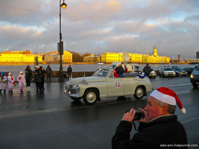 Деду Морозу и Снегурочке подали раритетный кабриолет 'Победа' за именным номером