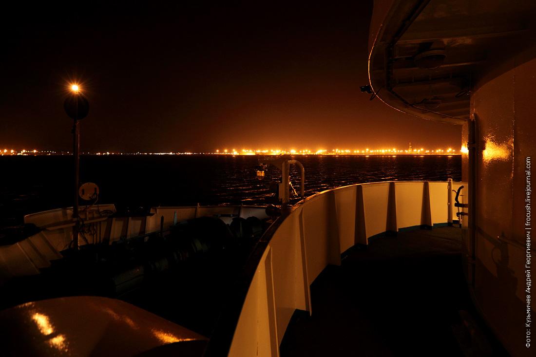 теплоход Русь Великая на рейде в Тюб-Караганском заливе вечерняя фотография