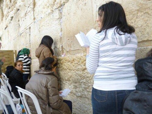 Стена плача. Женская часть. Промежутки между нижними камнями не видны из-за записок с просьбами к Богу