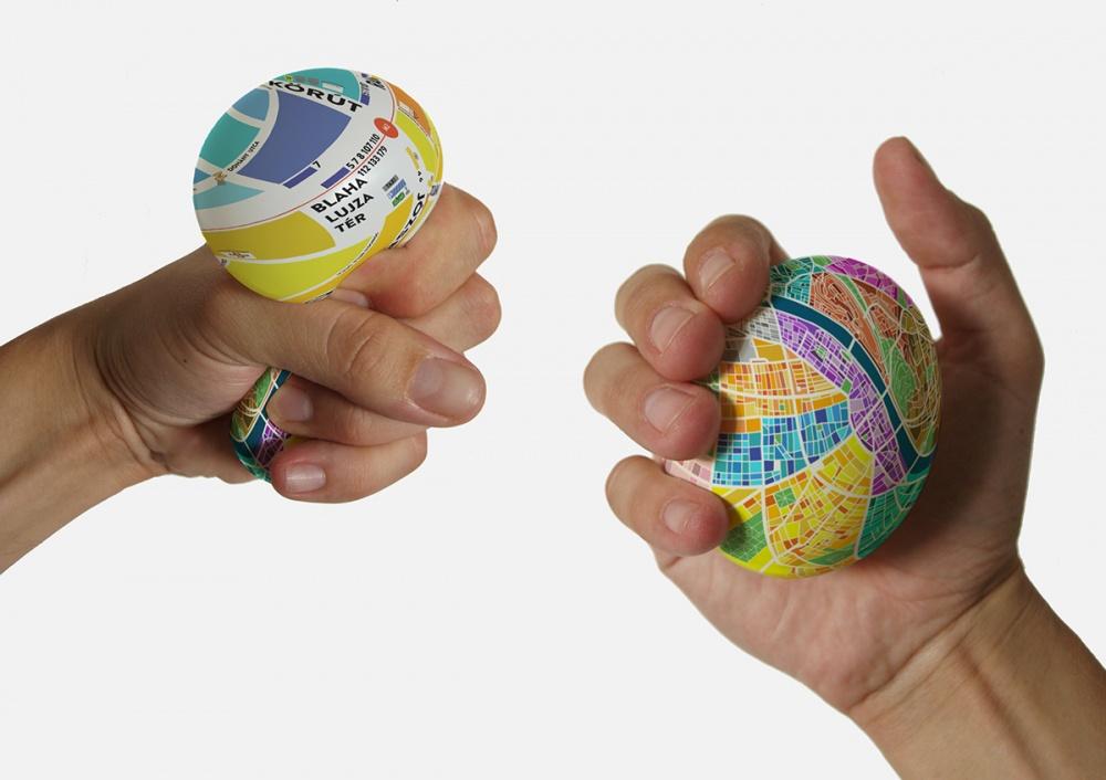 Наповерхность мяча нанесены подробные карты, рассмотреть которые можно, если только сильно сжать мя