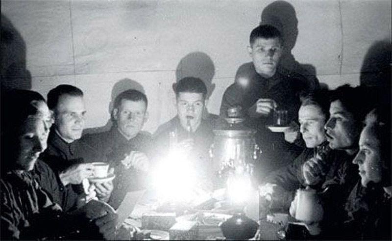 4. 1942 год, Группа разведчиков Западного фронта встречает Новый год. В самоваре, скорее всего, спир