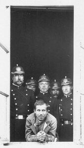 Обвиняемый по делу об убийстве М.Я.Герценштейна  Егор Ларичкин под охраной в окне здания.