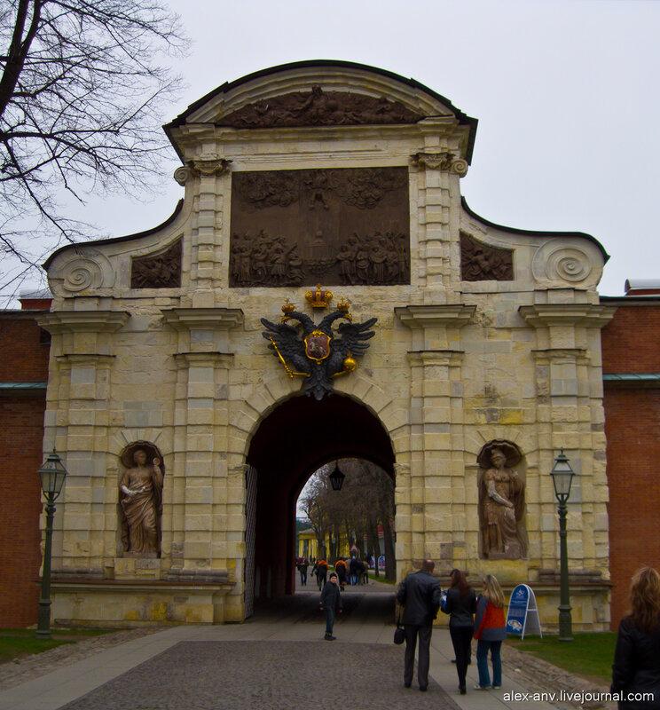 Петропавловская крепость. Петровские ворота, парадная, хотя и покоцаная сторона.