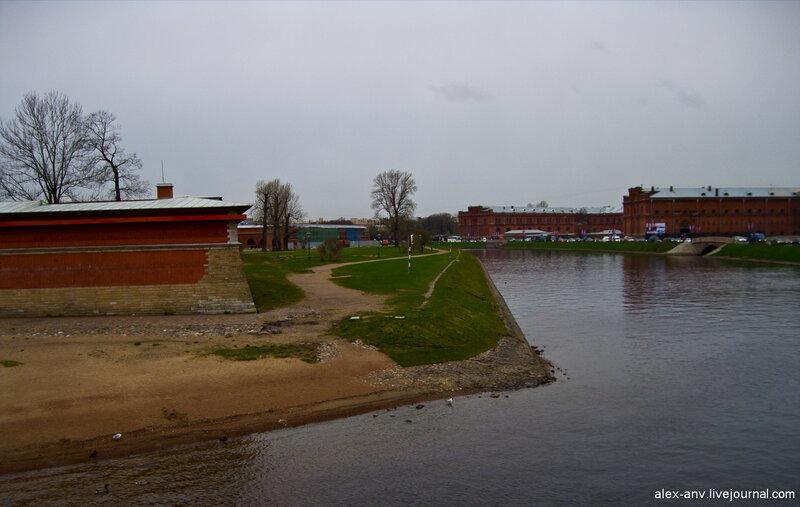 Петропавловская крепость. С северной стороны крепость отделена Кронверкским проливом.