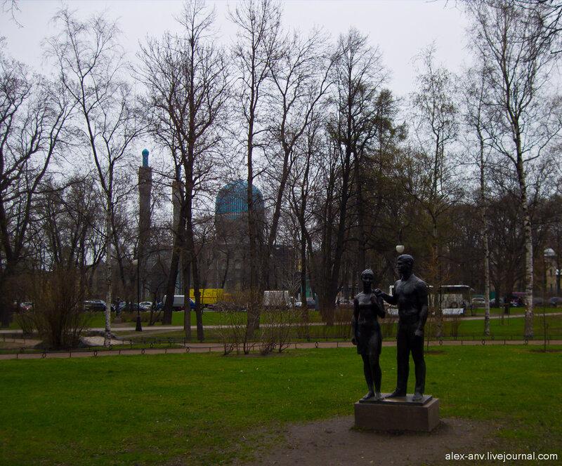 Петропавловская крепость. По парку расставлены небольшие статуи.