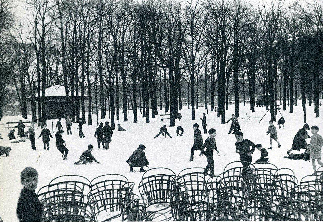 1955. Первый снег в Люксембургском саду. Париж