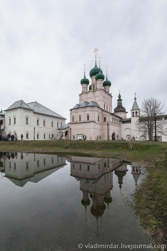 Красная палата и Церковь Иоанна Богослова. Ростовский кремль.