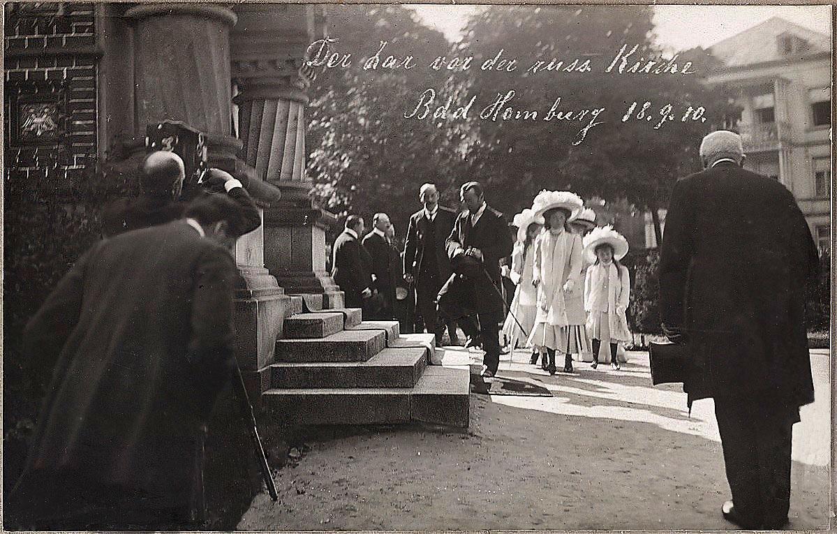 Николай II, царь, в городе Бад-Гомбург, 19 сентября 1910 года. Царь входит в православную Церковь Всех Святых
