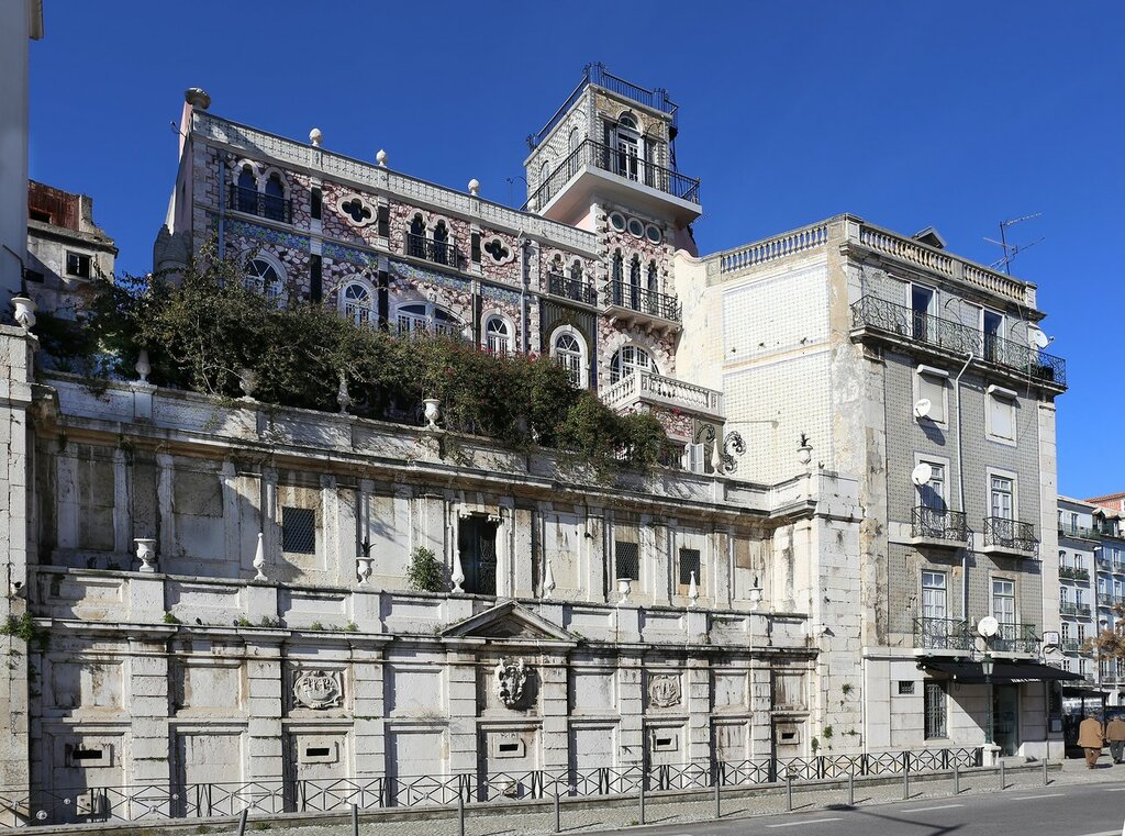 Lisbon. Palace over the Royal fountain (Palacete Chafariz D'el Rei)