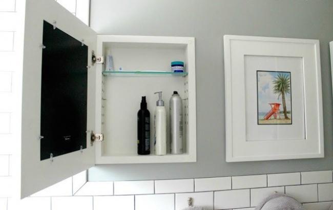 Зафасадом картины можно спрятать небольшой узкий шкафчик. Поматериалам: housebeautiful Посмотрите