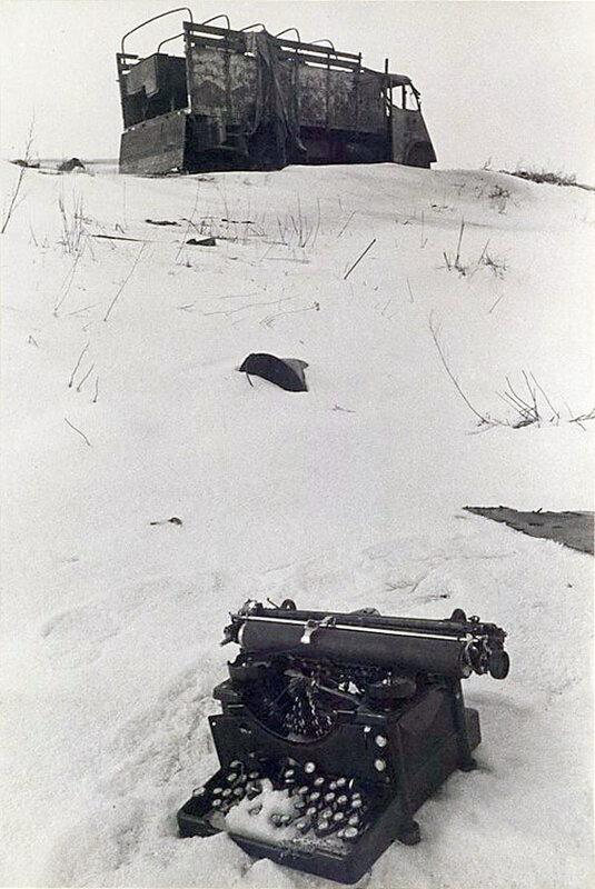 Фото С.Н. Струнникова: Брошенная фашистами печатная машинка.