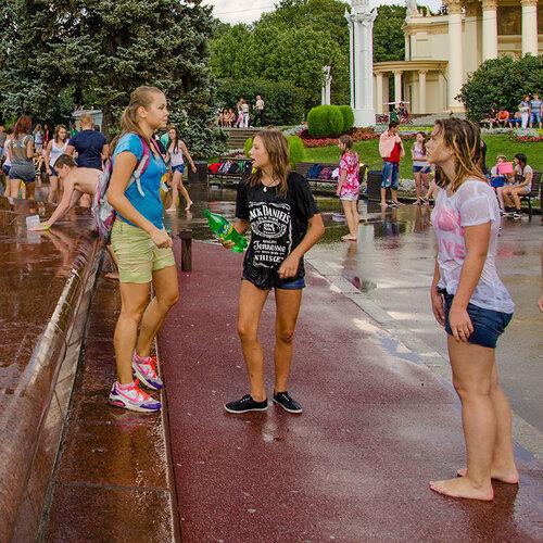 Смотрим на фонтан, ни о чем не подозреваем...