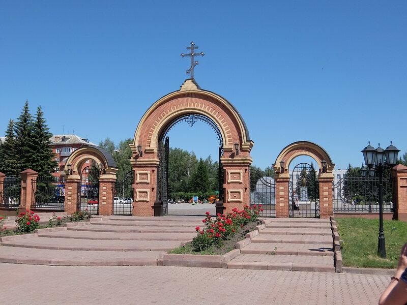 Осинники - Ворота перед храмом