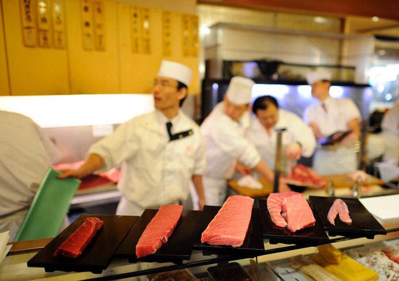 В Японии разделали гигантского тунца за 736 тысяч долларов