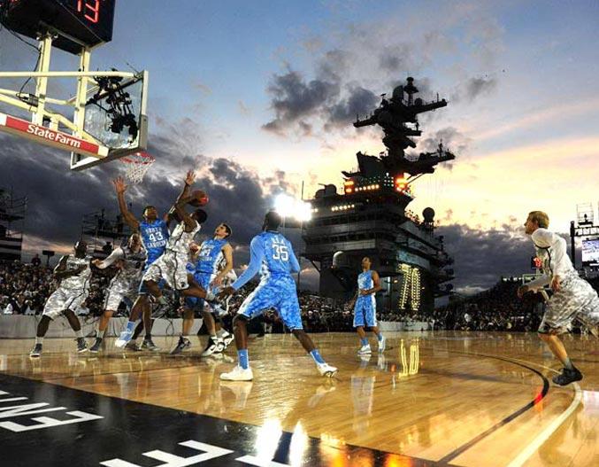 спортивный год 2011 - Баскетбольная игра между командами университетов North Carolina и Michigan State на палубе действующего авианосца Carl Vinson