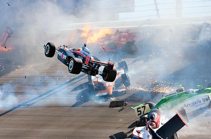 спортивный год 2011 - фатальная авария на автогонках в классе автомобилей ИндиКар